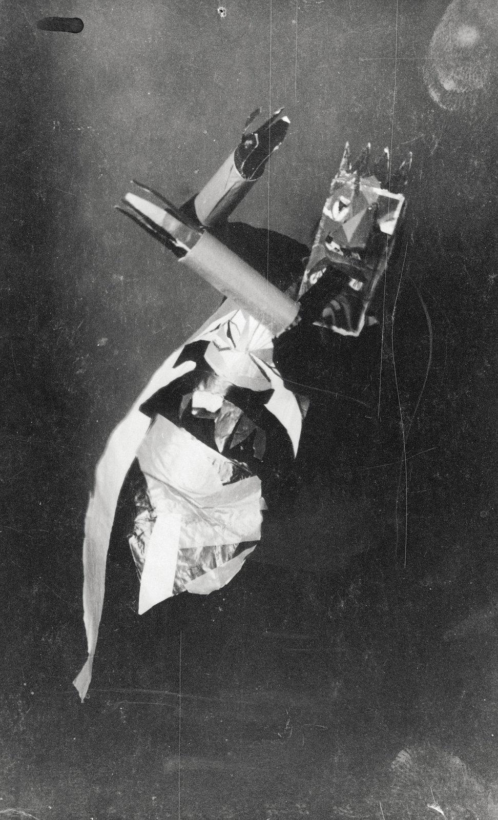 Sophie Täuber en plena danza enmascarada con una máscara de Marcel Janco (Zúrich, 1917)