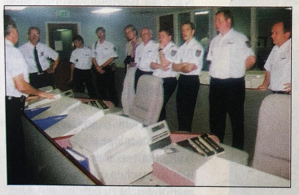 Vier Etagen unter der Erde, in der neuen erdbebensicheren Feuerwehr und Rettungsleitstelle von Los Angeles, mit einem Kostenpunkt von rund 60 Millionen US-Dollar. Sie ist Mitte 1994 in Betrieb gegangen