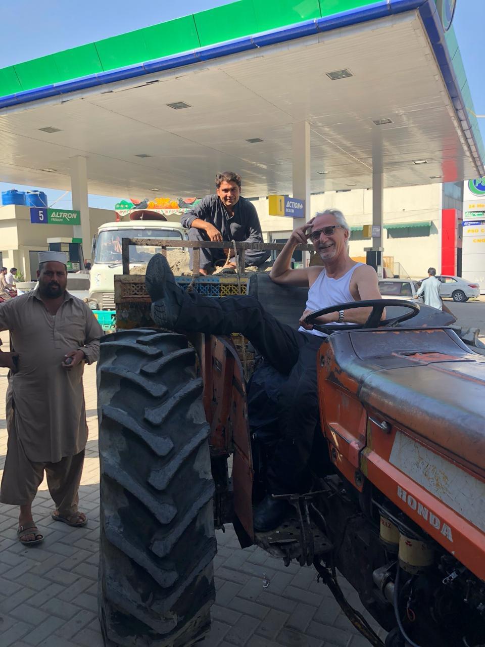 Sandro touche à son rêve secret: devenir fermier au Pakistan  Sandro finally gets to touch his lifelong hidden dream: be a farmer in Pakistan