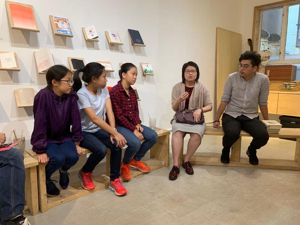 讀書會上,不同年齡層的參加者一同投入推理世界