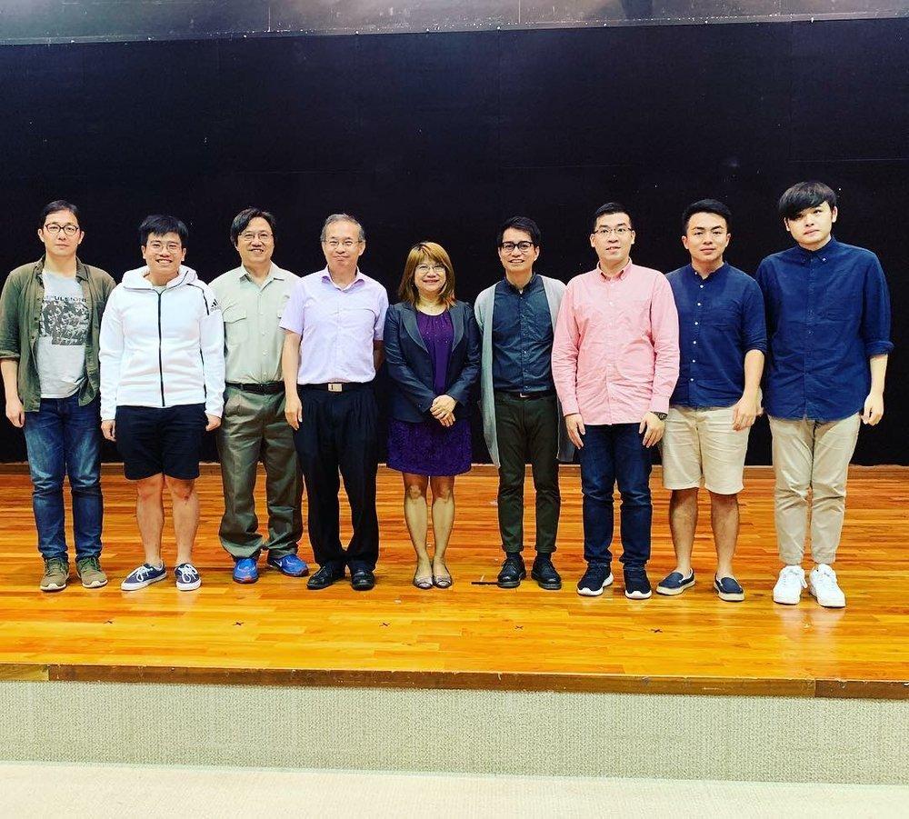 詩歌朗誦分享會的駐校作家人吳美筠博士與詩人合照