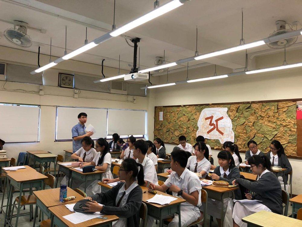 香港詩人到中學分享。