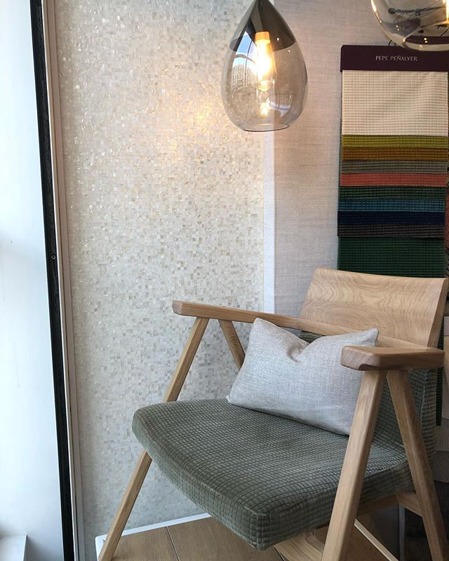 *NEW WINDOW DISPLAY* 🛋🖼 • • • #window #windowdisplay #showroom #primrosehill #london #hampstead #stjohnswood #chair #armchair #loungechair #pendant #coffeetable #portugese #love #trendy #furniture #classic #visitus