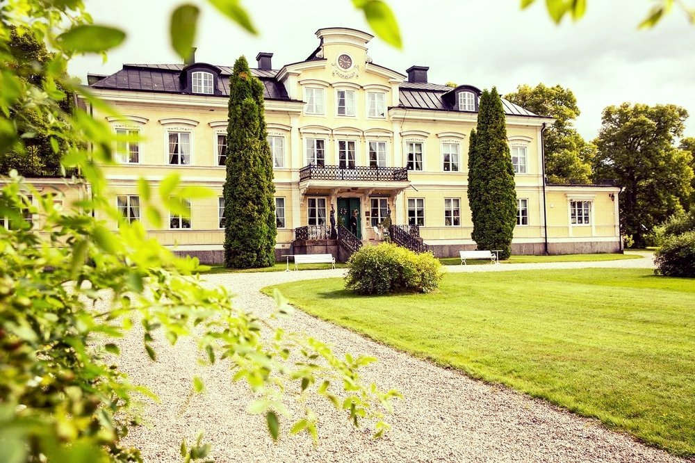 This is the main building at Färna Manor & Spa. It is a posh place with 50 rooms. The Swedish King stays here sometimes. Nature is just around the corner.