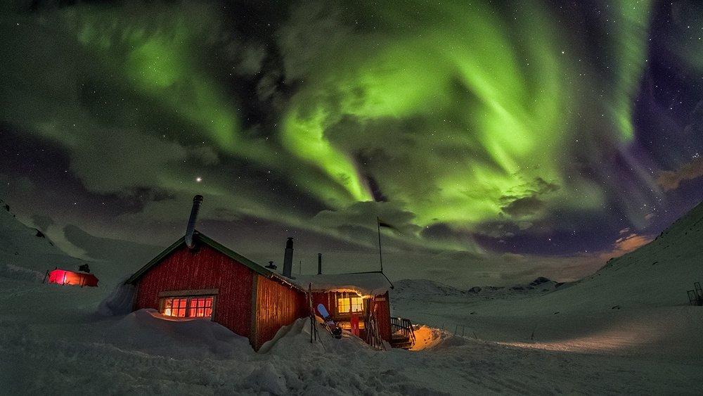Northern lights over a cabin in Swedish Lapland. Photo: David Björkén