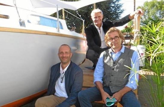 Didier Toqué et Romain Grenon (en bas), créateurs du projet Bathô et Jean Grelier, coordinateur à côté de la première unité d'habitation insolite, créée à partir d'un Sangria 1969.