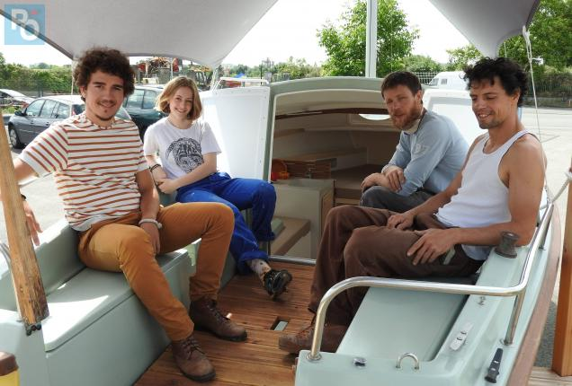 Une partie de l'équipe de Bathô sur un voilier transformé - PO