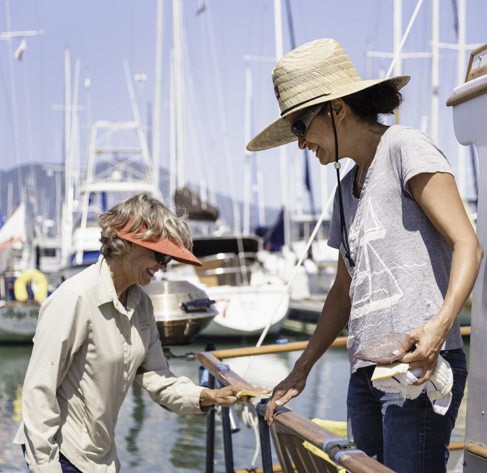 Mejar et Lisa - « Il faudrait me payer pour que je vive dans une maison ! »Mejar vit sur le bateau avec son mari Kévin. Ils passent la moitié de l'année ici, dans le port de Sausalito et l'autre moitié dans les Caraïbes. Sur la photo elle est en train de poncer le bateau avec son amie Lisa. Elle considère la communauté de Sausalito comme une grande famille et m'explique qu'ils font souvent des barbecues en communauté et prennent soin des bateaux des autres en leur absence en retendant les amarres lorsqu'il y a du vent ou en les prévenant que des ratons laveurs essayent de monter à bord par exemple.
