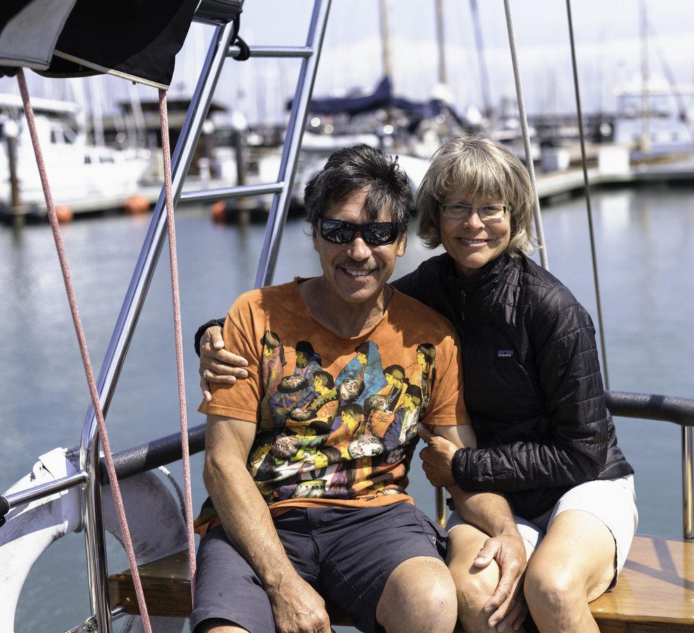 """Lisa et Ron Romero - """"It's impressive, how friendly the boat community is!""""Ron est arrivé à Sausalito en 1988. A l'époque, il naviguait avec son fils sur """"Apache"""", un magnifique voilier de 32 mètres sur lequel il emmenait les touristes manger un bon repas cuisiné par ses soins. Aujourd'hui il vit sur """"Dragon Fly"""" avec sa femme Lisa. Même s'il n'est pas rare de le croiser à la marina de San Francisco plongeant pour nettoyer les coques des plus grands bateaux de courses, Ron est aussi un musicien hors pair. Il possède plus de 6 guitares à bord !"""