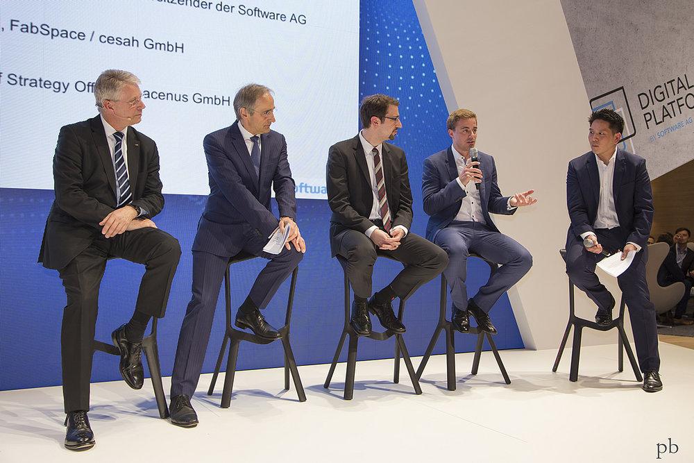 from left: Thomas Reiter, Karl-Heinz Streibich (CEO SoftwareAG), Sascha Heising (FabSpace) and Lionel Born (CSO Spacenus GmbH) together with moderator Byung-Hun Parkt introducing the startup week. (Photo source: Spacenus GmbH)