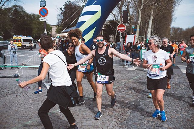 💥DURING THE MARATHON 💥 . 29km and some serious cheering up . .📸 @_albin_  @smsb_paris members were just priceless 🔥 . #runningwithbae #marathondeparis #wedidit #werunthetown #paris #loveeatsmile #schneiderelectric #asics #gelnimbus20 #smsb #29k #marathonrunner #marathonian #runnersofinstagram #running #run #instagood