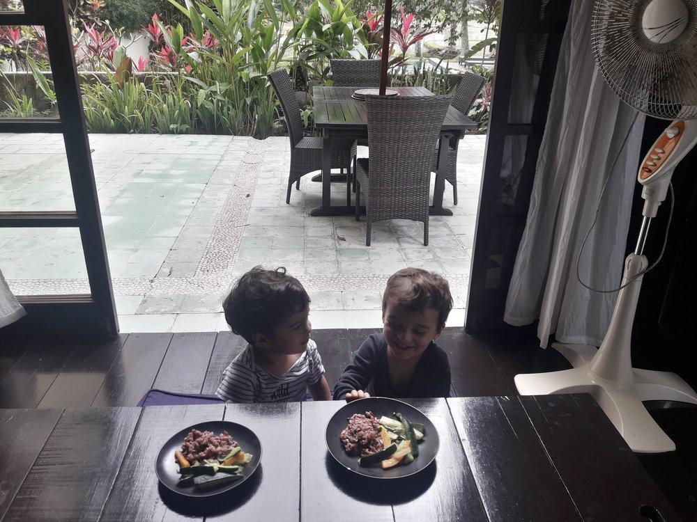 Dia em que cozinhamos em casa. O arroz vermelho daqui é uma delícia!
