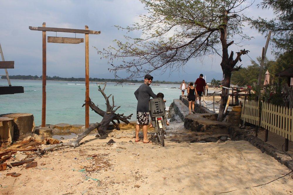 Essa é uma parte bem estreita da volta na ilha, que que dá pra fazer empurrando a bike, com cuidado.