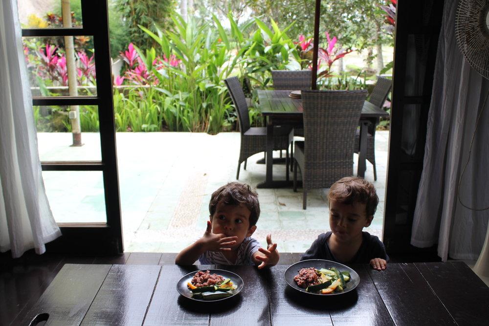Arroz integral e legumes no vapor, em nosso Airbnb em Ubud, Bali.