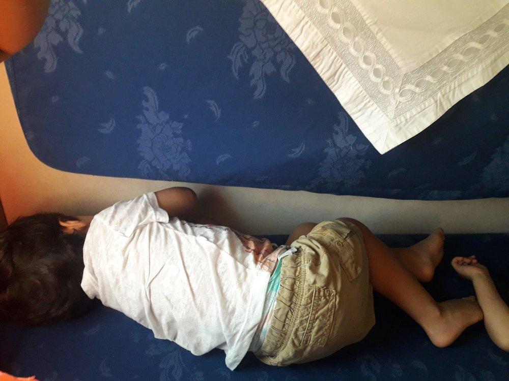 Segunda classe, em que cada cama formava 3 assentos. Os meninos aproveitaram o espaço para tirar o cochilo da tarde.