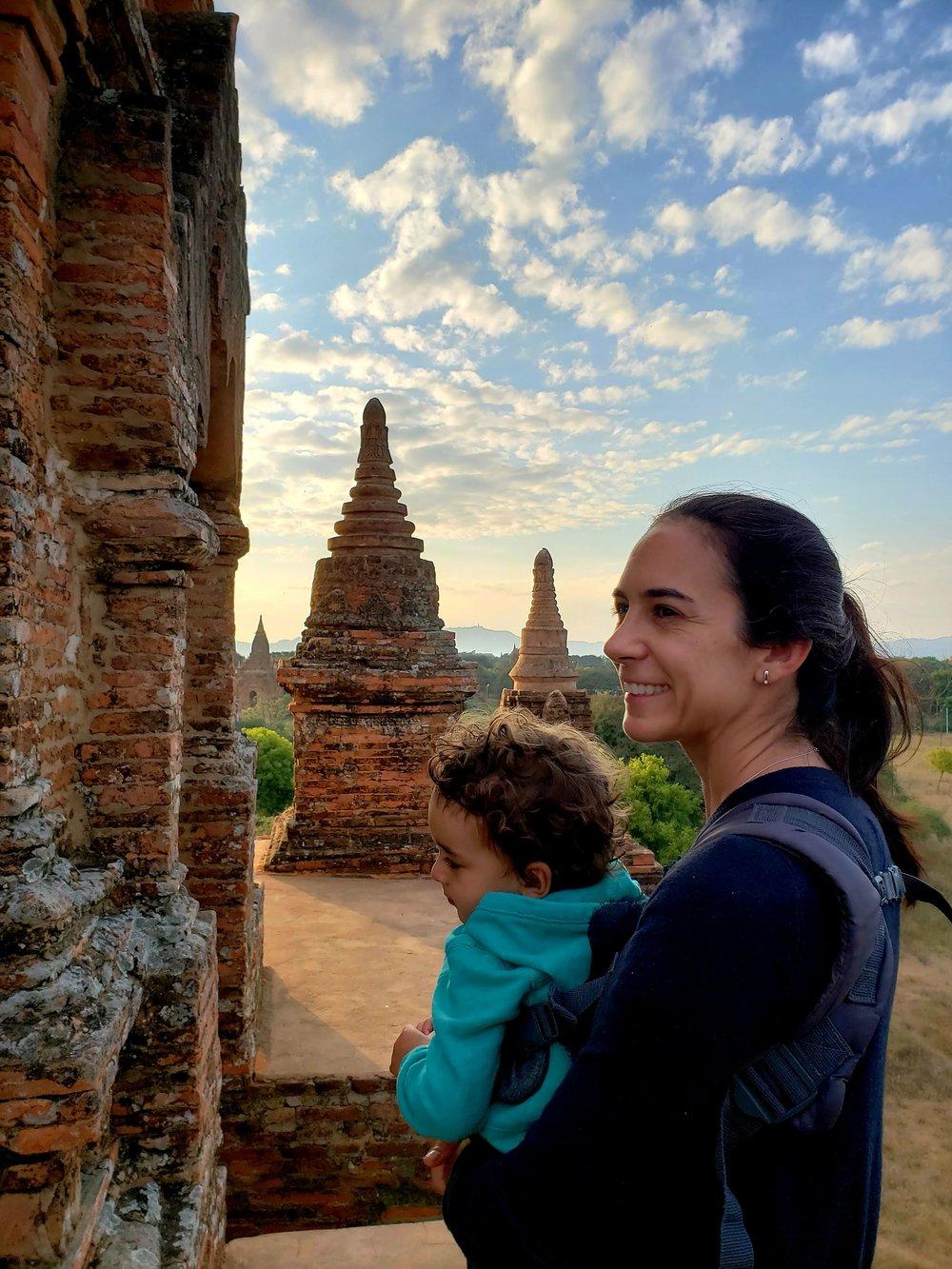 Sobre um dos infinitos templos de Bagan, Myanmar