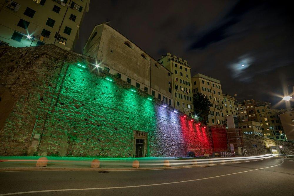 ILLUMINAZIONE ARCHITETTURALE - L'illuminazione architetturale è spesso complessa: aiutare uno studio di architettura a mettere in risalto gli edifici in progetto con un sistema di illuminazione che si sposi con il design del luogo è una sfida affascinante che conduce a trovare la luce perfetta per ogni location