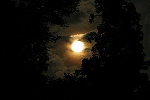 Nope. That's a Full Moon. [Photo Credit: Kabir Bakie via Wikimedia]