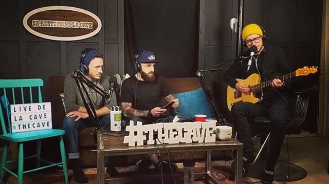Cette semaine @pierrelaguitard se joint à nous !! Merci Béatrice d'avoir laissé Pierre Emprunter ta guitare !! Merci beaucoup à nos commanditaires. Pizza 13 @p13.bathurst  LB Vending @lb_vending  Centre musical de Robertville ~Lien dans la bio~  #thécave #deMadranàMontréal #pasicittepourunpicnik #fleurfannée #podcastfrancais #podcastacadien