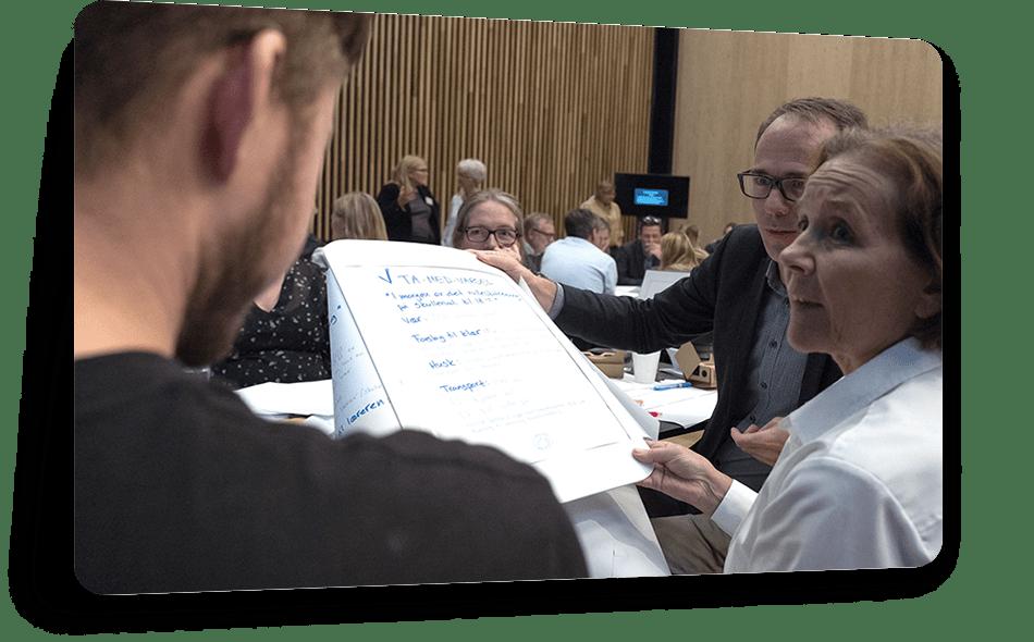 Oslo Origo - Sammen med Oslo Origo sparket vi i gang Oslo kommunes nye digitaliseringsprogram med en prototype-workshop for 140 av de øverste lederne og tillitsvalgte i kommunen. På to timer raste vi gjennom inspirasjonsforedrag, brukerreisekartlegging, prototypejobbing og brukertesting. Tempo og raske valg var kjernen hele veien, læringsverdien var høy, entusiasmen stor, tilbakemeldingene gode og ideene som ble utviklet var imponerende.