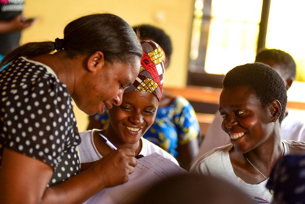 Utanga amahugurwa muri Gasabo Esperance Mukeshimana ahitamo abazajya muri gahunda y'umurima w'ubuzima yo kwita kubagore batwite (Antenatal Care Program) muri Mutarama, 17, 2018.