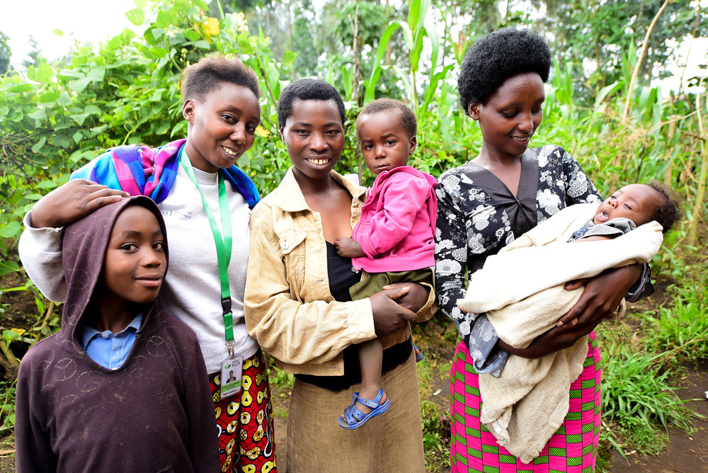 Beatrice ari kumwe n'abahagarariye Turi Kumwe bo mu Murima w'Ubuzima