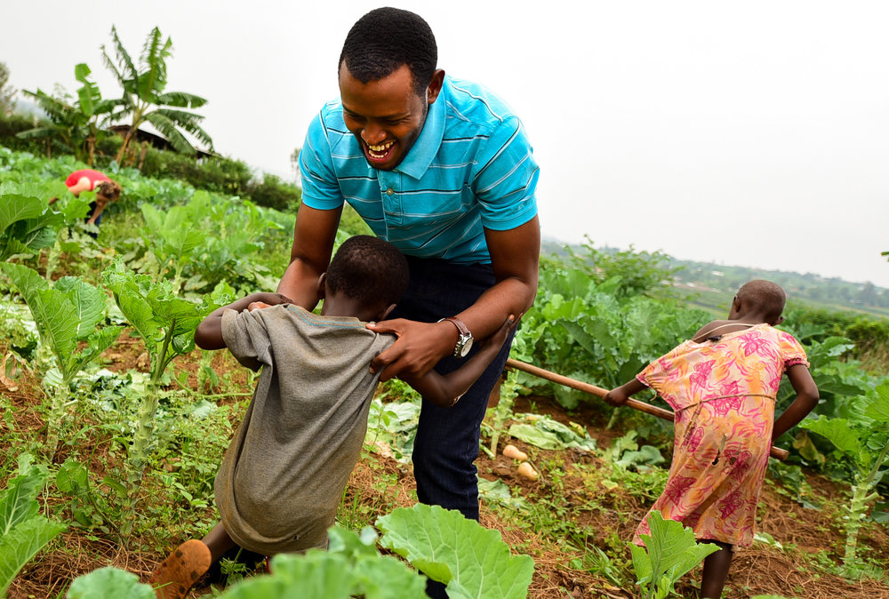 Solomon akina na Benja, umwana uba muri gahunda y'Umurima w'Ubuzima muri Gahunda yo Kwita ku Bana Bakiri Bato, ku Munsi w'Umuganda w'Umurima w'Ubuzima wo muri Mutarama 2018.
