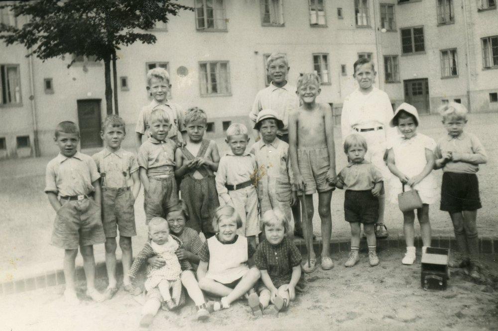 Gårdsbild av barnen på gården 1938. Fotograf: Okänd