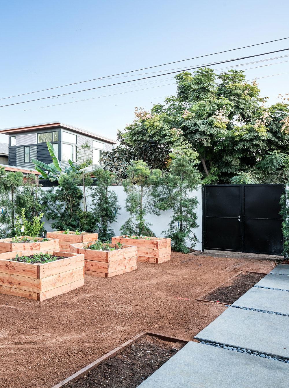 15-SiliconBay-outdoor-backyard-raised-planter-garden.jpg