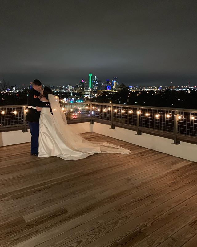 Our skyline view is the best in Dallas 🌃  #texashotels #boutiquehotel #dfwevents #hotels #dallas #dallastexas #dallashotels #magnoliapropertycompany #bishopartsdistrict #dallasweddingvenue #dfwweddingvenue #dmagazine #dweddings #weddings #oakcliff #chijmesdallas #haven #wanderwithus