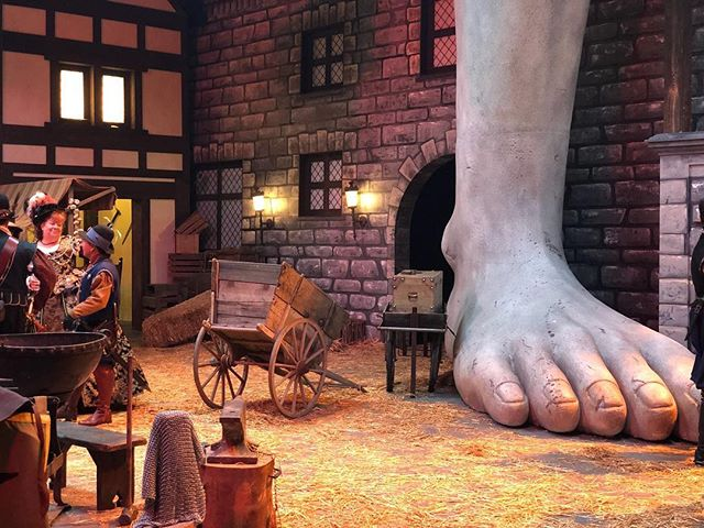 A foot. A giant foot. On a gorgeous set for #dungeonsanddragons #streamofmanyeyes