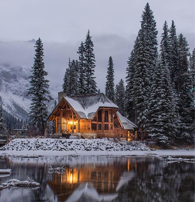 Longing for a #cozy winter night this summer—specifically at this cabin. 🔥❄️🌲