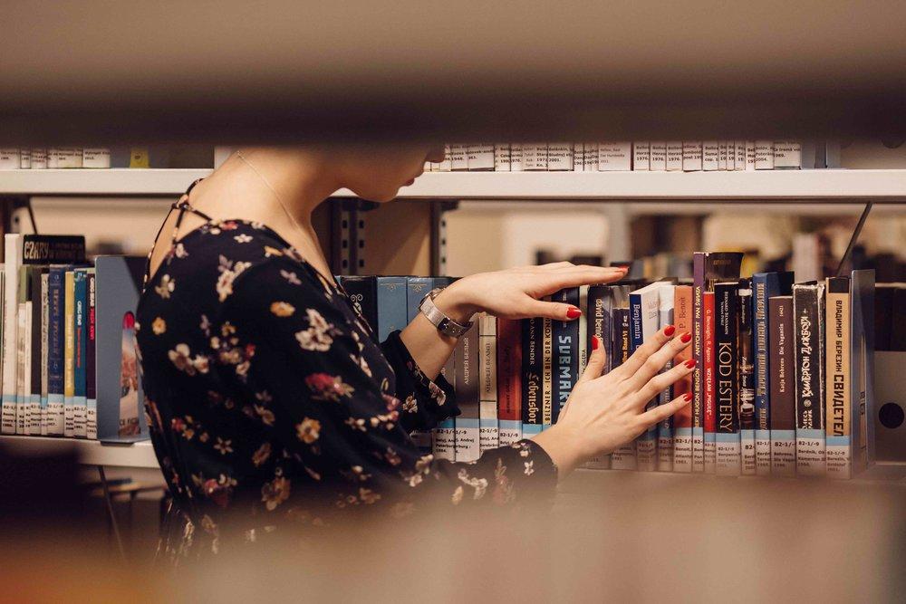 girl_in_a_library_4.jpg