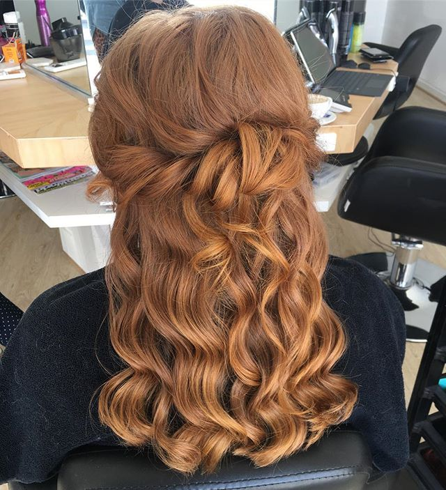 〰 copper waves . . . . . . . . . . . . . . . #redhead #naturalhair #waves #beverlymaywand #hairstyle #hairstylist #hair #instahair #hairofinstagram #halfuphalfdown #bridalstyle #adelaidesalon #adelaidehairstylist #mobilehairstylist