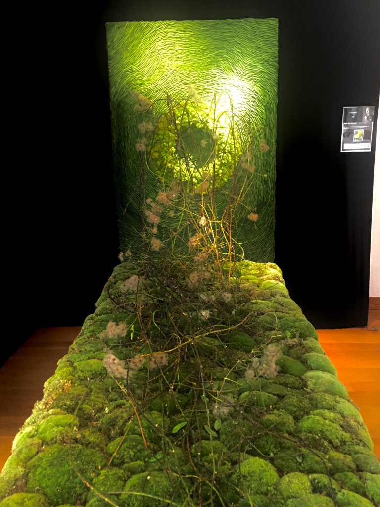 A mixture of moss, peas and flowers to create a visually exciting piece. Artist:Tom De Houwer