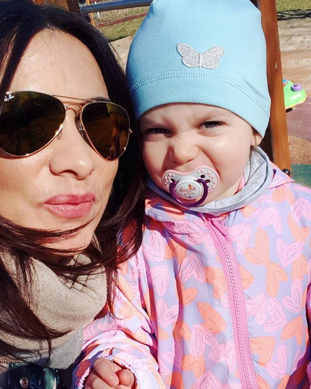 Nie wiem jak mogłam żyć dawnym życiem 🙈 Ciągle w biegu, ciagle w niedoczasie i wiecznie z wyrzutami sumienia że czegoś nie zdążyłam zrobić. Od dwóch lat celebruję spacery, słońce, zabawy i harce. I wiecie co? Dobrze mi z tym i na razie nie mam zamiaru tego zmienić 😉 #baby #love #cute #family #babygirl #happy #instagood #instababy #kids #girl #smile #photooftheday #mylove #babies #iloveyou #children #child #unique #instalove #familygoals #awesome #oneofakind #onlyyou #picoftheday