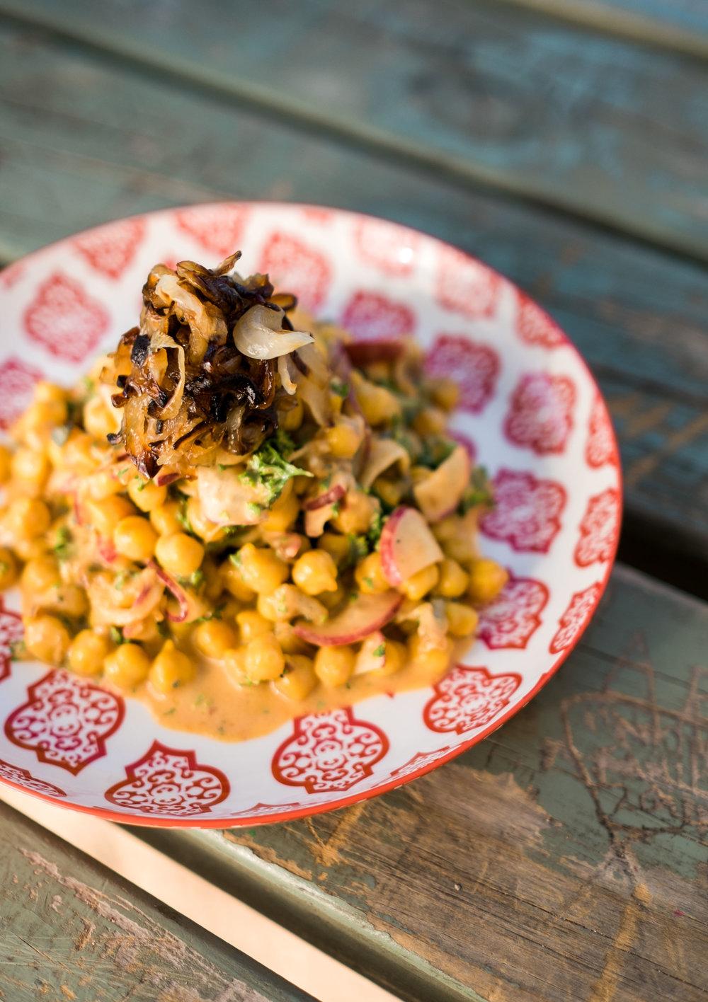 Kichererbsen-Dattel-Salat mit gerösteten Zwiebeln2 Kopie 2.jpg