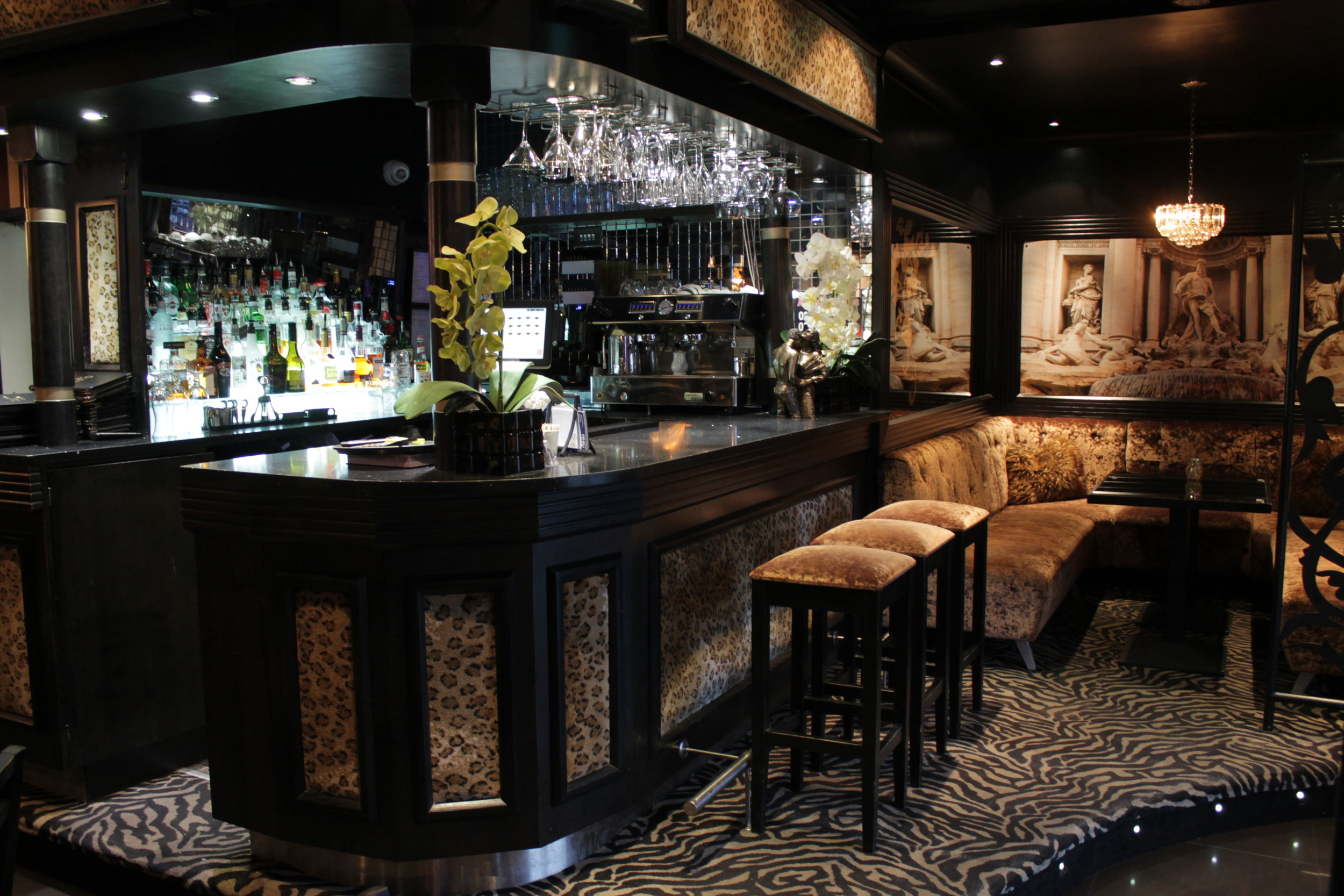 Gallery Black White Lounge