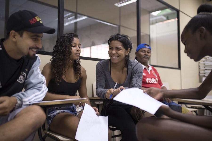 Dryka tutora Rebeca e outras meninas em sua comunidade agora (Cortesía de Sabine van Wechem)