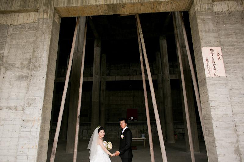 Taiwan wedding. Bride and groom in temple doorway. (1 of 2)