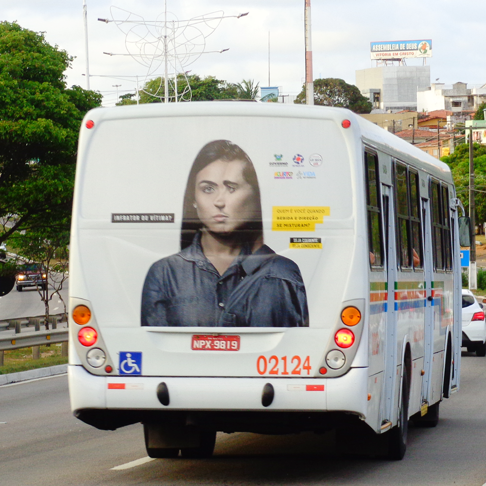 Anúncio na traseira do ônibus