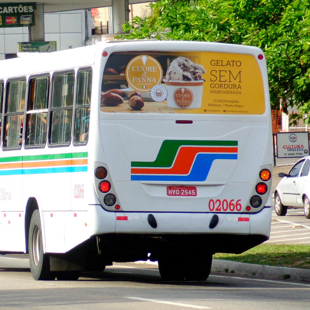 Anúncio na janela traseira do ônibus