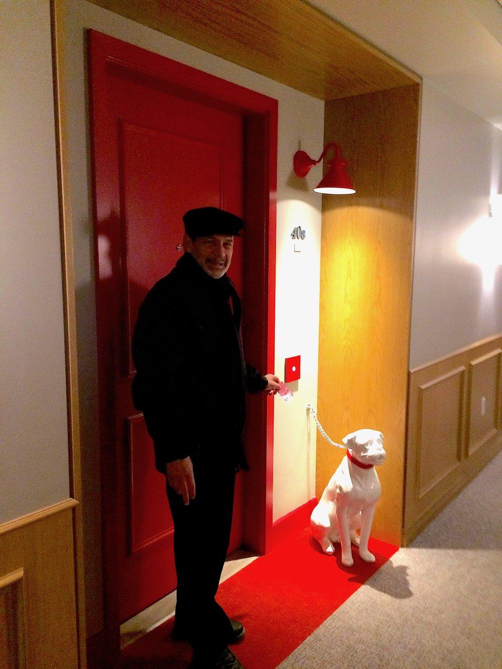 Porta do quarto do  Virgin Hotel,  com um amigo fiel esperando a nossa chegada