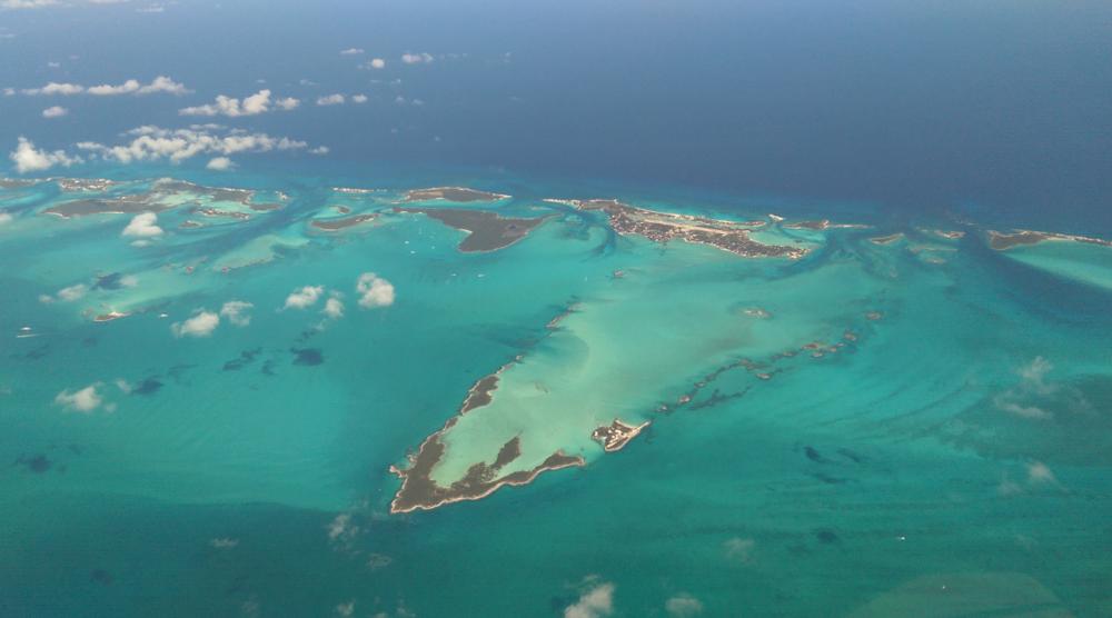 O arquipélago, visto do alto, com destaque para a ilha Eleuthera, em foto de Daniel Piraino.