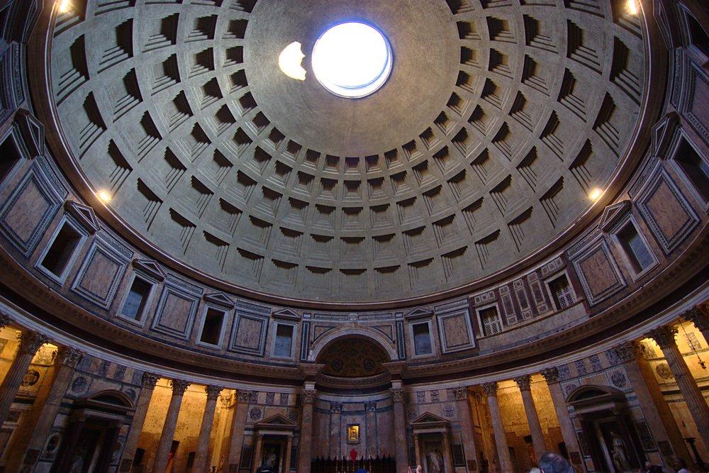 Pantheon, com a luz entrando pelo óculo - Foto por  Jun