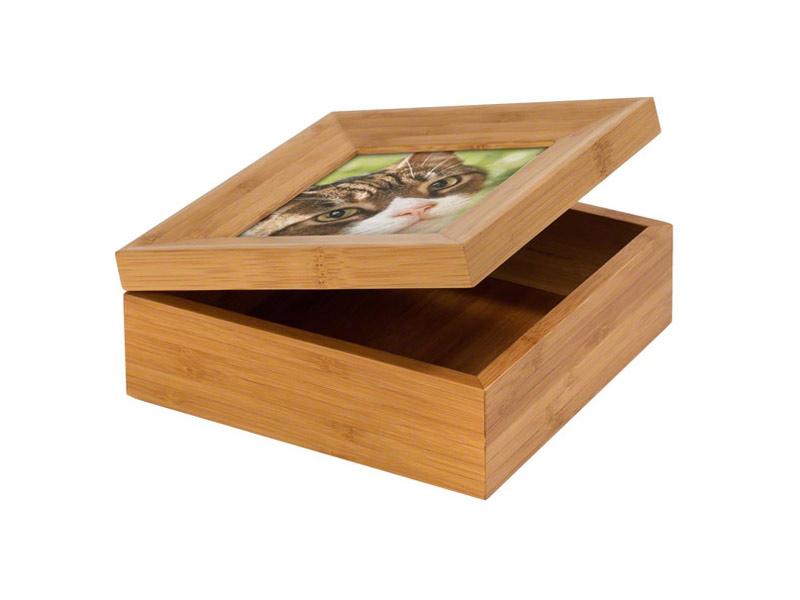 Tribute Boxes   Het bamboe doosje is geschikt om de as, een haarlokje of een speeltje van uw geliefde huisdier in te bewaren .  Als optie is het mogelijk om met een bodemplateautje het doosje te verkleinen.  Ook is het mogelijk om een mulburry -bag ( rijstpapieren zakje ) bij te bestellen om de as in te verpakken .  De doosjes zijn leverbaar in de maten small €41,-, medium €45,- en large €49,-.