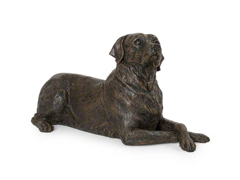CASDO-LAB-BRZ  Deze mooie Labrador urn geeft u een hele mooie herinnering aan uw geliefde huisdier.  Dit exclusieve door Petributes vervaardigde beeld word in hars gegoten en met de hand afgemaakt met een antiek bronzen finish.  De urn bevat een memory capsule waarin u een aandenken kunt bewaren zoals een naamplaatje of foto.  CASDO-LAB-BRZ € 151,00 / 2450 CC