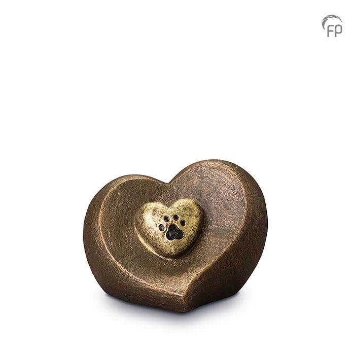 UGK 201  Keramische dieren art urn met bronzen afwerking.  Elke Geert Kunen urn is uniek en wordt op bestelling gemaakt. Daarom zit er op deze producten een levertijd van 3 à 4 weken.  UGK 201 € 179,00 / 1.00 L / H 13 CM