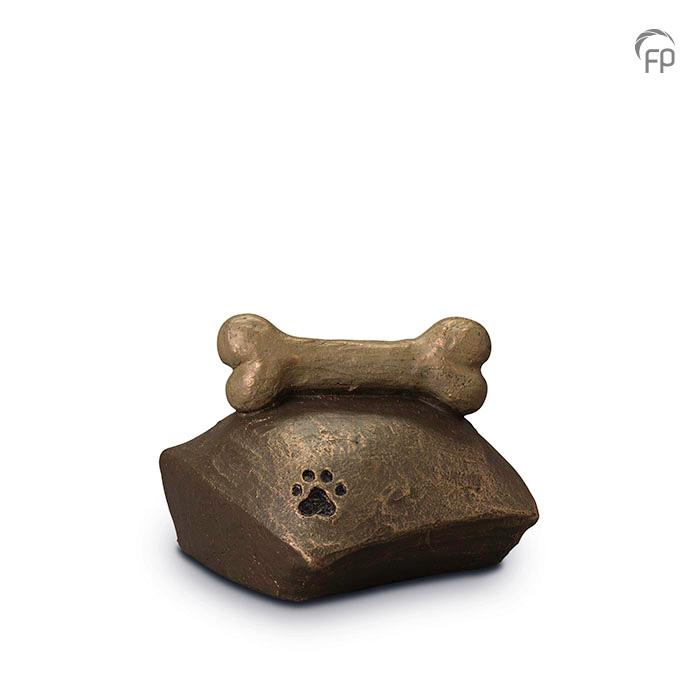 UGK 202  Keramische dieren art urn met bronzen afwerking.  Elke Geert Kunen urn is uniek en wordt op bestelling gemaakt. Daarom zit er op deze producten een levertijd van 3 à 4 weken.  UGK 202 € 179,00 / 1.00 L / H 12 CM