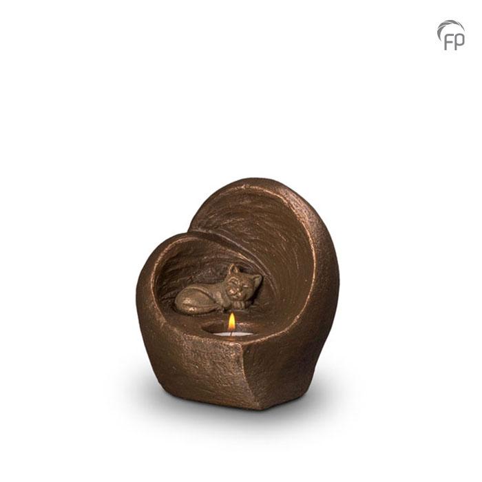 UGK 214  Keramische dieren art urn met bronzen afwerking.  Elke Geert Kunen urn is uniek en wordt op bestelling gemaakt. Daarom zit er op deze producten een levertijd van 3 à 4 weken.  UGK 214 € 179,00 / 0.50 L / H 15 CM